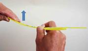 Il s'agit de monter légèrement l'une des pales de votre boomerang vers le haut afin de lui donner une trajectoire montante.